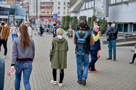 June 14 2020 Minsk Belarus Two reporters walk down the street among masked people 新聞圖片