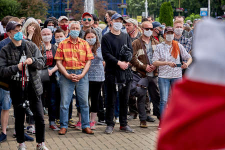 June 7 2020 Minsk Belarus Many masked people stand at a protest rally in the city square 新聞圖片
