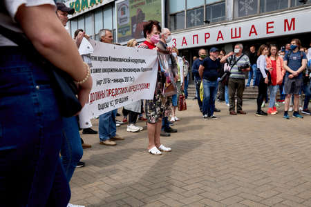 June 7 2020 Minsk Many masked people with a large placard stand during a protest in the city square. 新聞圖片