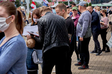 June 7 2020 Minsk Belarus A lot of masked people are standing in line and signing up for a possible presidential candidate 新聞圖片