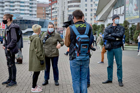June 14 2020 Minsk Belarus A reporter with a microphone and a man with a camera interview a masked woman at a protest rally 新聞圖片