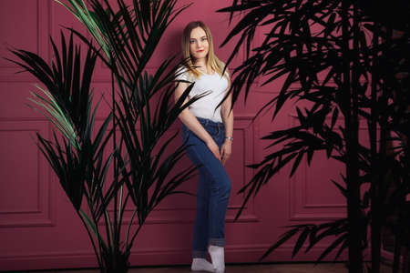 Beautiful woman standing near purple wall in the studio 版權商用圖片 - 161547167
