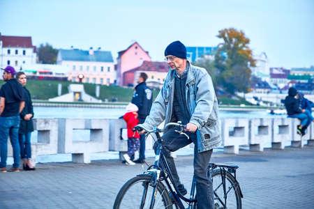 October 19, 2019 Minsk Belarus People walking along the embankment 版權商用圖片 - 163033789