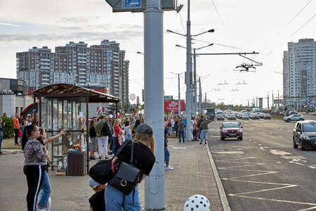 August 14 2020 Minsk Belarus Many people stand by the roadside to protest against violence 版權商用圖片 - 166895033