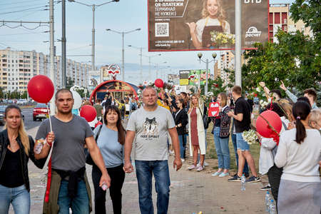 August 14 2020 Minsk Belarus Many people stand by the roadside to protest against violence 版權商用圖片 - 166895031
