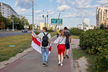 August 15 2020 Minsk Belarus Many people stand by the roadside to protest against violence 版權商用圖片 - 166895022