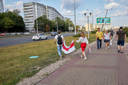 August 15 2020 Minsk Belarus Many people stand by the roadside to protest against violence 版權商用圖片 - 166895021