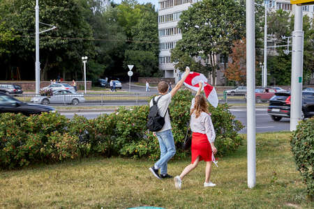 August 15 2020 Minsk Belarus Many people stand by the roadside to protest against violence 版權商用圖片 - 166895020