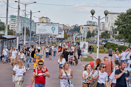 August 15 2020 Minsk Belarus Many people stand by the roadside to protest against violence 版權商用圖片 - 166895016