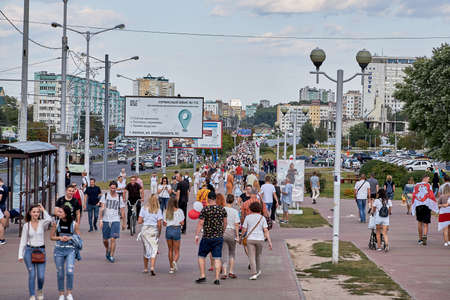 August 15 2020 Minsk Belarus Many people stand by the roadside to protest against violence 版權商用圖片 - 166895014