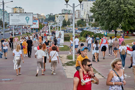 August 15 2020 Minsk Belarus Many people stand by the roadside to protest against violence 版權商用圖片 - 166895012