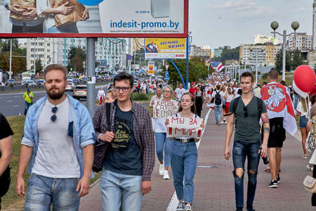 August 15 2020 Minsk Belarus Many people stand by the roadside to protest against violence 版權商用圖片 - 166895010