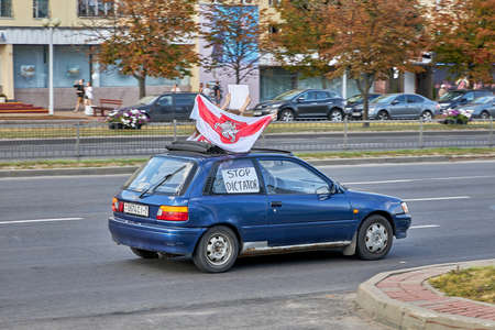 August 15 2020 Minsk Belarus A car with an opposition flag and a stop dictator poster 版權商用圖片 - 166895008
