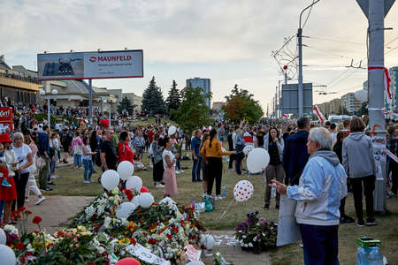 August 14 2020 Minsk Belarus Many people stand by the roadside to protest against violence 新聞圖片