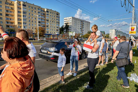 August 15 2020 Minsk Belarus Many people stand by the roadside to protest against violence 新聞圖片