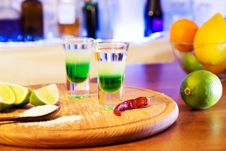 bebidas alcohÓlicas: dos bebidas alcohólicas dispararon sobre una tabla de madera con la fruta