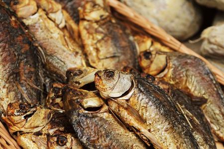 Gedroogde, gerookte, kleine vis die wordt gebruikt in de Aziatische keuken. Gekookte sprotvisachtergrond of patroon. Gedroogde, gerookte, sprotvis van Delicatessen voor bier op straatvoedselfestival.