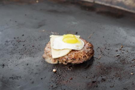 Smakelijk vlees geroosterd op spiesjes BBQ grill. Gegrilld vlees. Geroosterd vlees op eetfestijn. Food fair stel heerlijke vlees gekookt op de bbq.