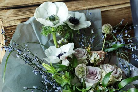 Bloemstuk met takken van een pistachetakken van Ruscus, anjers, rozen, tak van Brunei, bessen van Hypericum. Bruiloft concept