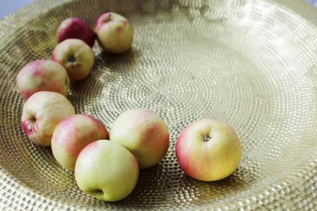 Small northern apples in a copper pelvis Standard-Bild