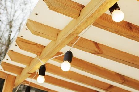 Decoratieve slingerlichten op de betonnen achtergrond Stockfoto