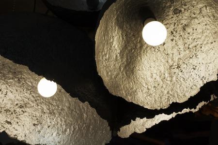 gloeilamp en lamp in moderne stijl. Warme toon gloeilamp lamp. Lampen in koffiewinkel. gloeilamp in interieur. Stockfoto