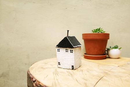 model van huis als symbool op muur achtergrond Stockfoto