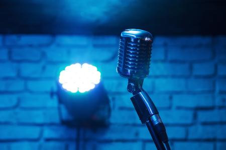 Retro microfoon tegen achtergrond van het onduidelijk beeld de kleurrijke lichte restaurant Stockfoto
