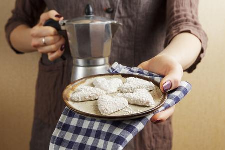Sterke espressokoffie met een koffie-geiser en koekjes in de vorm van een hart, het Valentijnsdagconcept Stockfoto - 88763945
