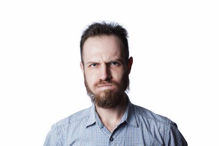 Gezicht van een boos en woedend mannetje op een witte achtergrond. Stockfoto - 97595004