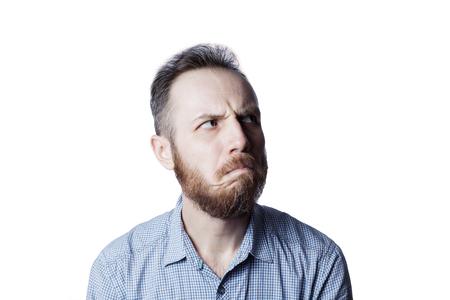 Gezicht van een peinzend en beledigend mannetje op een witte achtergrond. Stockfoto - 97723497