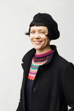 Aantrekkelijke elegante jonge vrouw die een zwarte baret draagt Stockfoto - 97723499