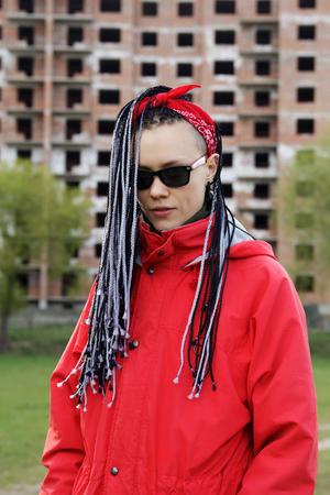 Dameskapsel met hair extensions gevlochten in dunne vlechten en afrobraids Stockfoto - 97786334