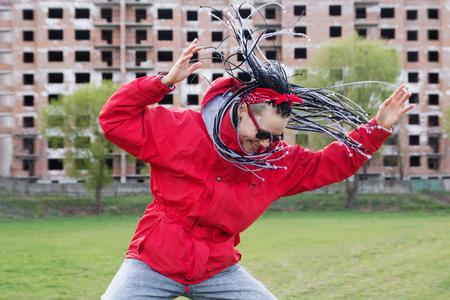Dameskapsel met hair extensions gevlochten in dunne vlechten en afrobraids Stockfoto - 97764431