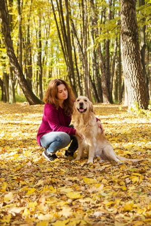 Beautiful woman with a cute golden retriever dog Stockfoto - 126714584