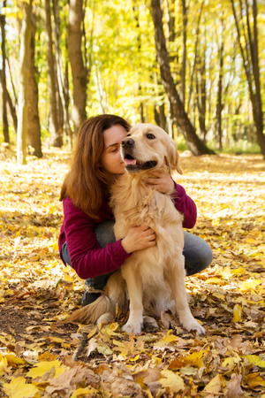 Beautiful woman with a cute golden retriever dog Stockfoto - 126714624
