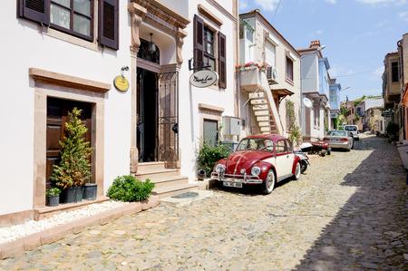 turkey: BALIKESIR TURQUÍA 18 de mayo 2015: Una calle estrecha del enclave turístico Cunda Alibey Isla Ayvalik. Es una pequeña isla en el noroeste del Mar Egeo en la costa de Ayvalik en Balikesir Turquía.