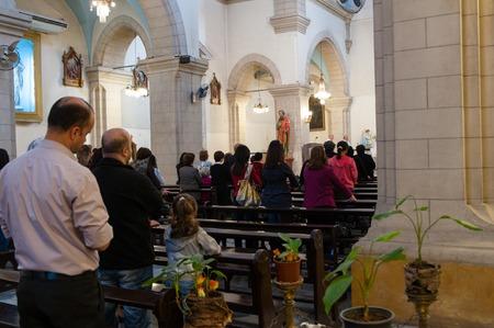 Damascus, Syrië - 16 november 2010: Mensen in Mariamite kathedraal van Damascus.Church is één van de oudste Grieks-orthodoxe kerken in Damascus Syrië en houdt de zetel van de Grieks-orthodoxe Kerk van Antiochië