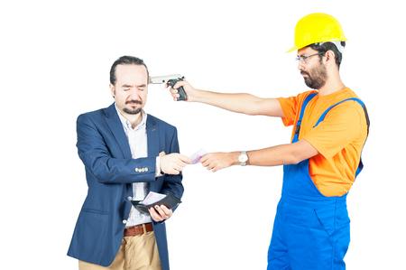 trabajador de cuello azul hombre de negocios amenazantes para conseguir su dinero de euros para los servicios aislados sobre fondo blanco