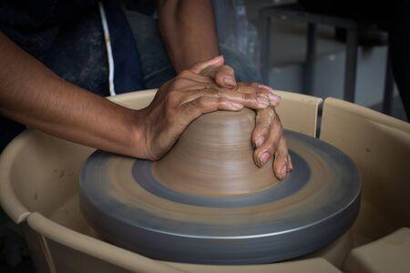 alfarero: alfarero de edad creaci�n de una nueva olla de cer�mica Foto de archivo