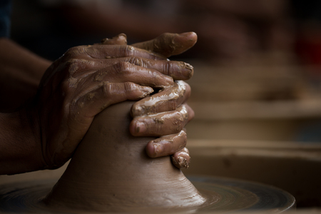 alfarero: alfarero de edad creación de una nueva olla de cerámica Foto de archivo
