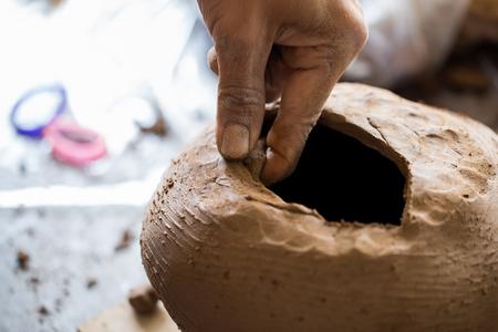 alfarero: alfarero de edad crear la textura de la pieza de trabajo Foto de archivo