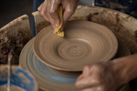 alfarero: manos de un alfarero, creando un plato