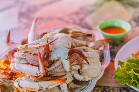 Granchio gambe al vapore con salsa di frutti di mare piccante tailandese