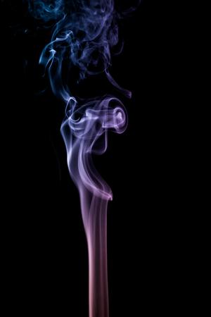 fumée colorée sur fond sombre