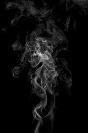 kolorowy dym na ciemnym tle
