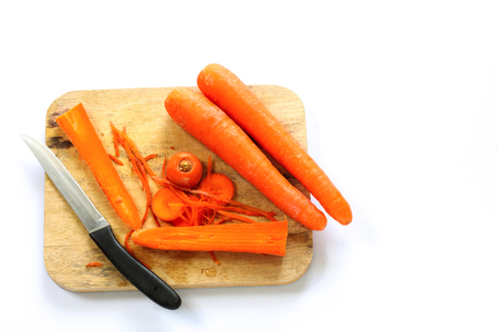 The knife and Carrots are on the cutting board. Imagens