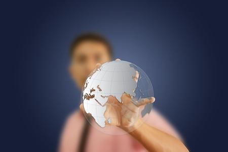 paz mundial: Hombre Asiático empujando el globo en la pizarra. Foto de archivo