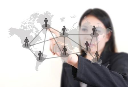 networking people: Dama de negocios asi�ticos empujando la red social de personas en la pizarra.