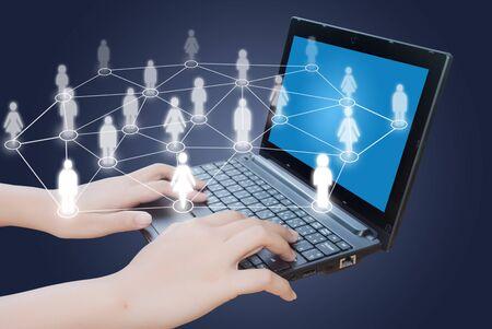 trabajo social: Mano empujando teclado port�til con red social. Foto de archivo